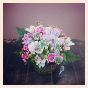 フラワーアレンジメント 八重咲きトルコキキョウ、アルストロメリア、なでしこ、スプレーヒペリカム、レザーファン、アイビー