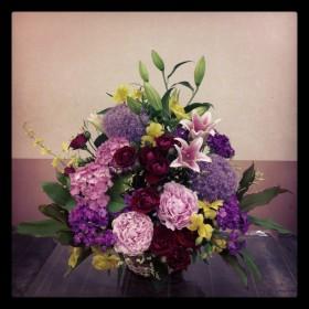 フラワーアレンジメント使用花材 オリエンタルゆり、ギガンチウム、紫陽花、芍薬、スプレーバラ、ひげなでしこ、アルストロメリア、オンシジューム、ハイブリッドスターチス、ドラセナ