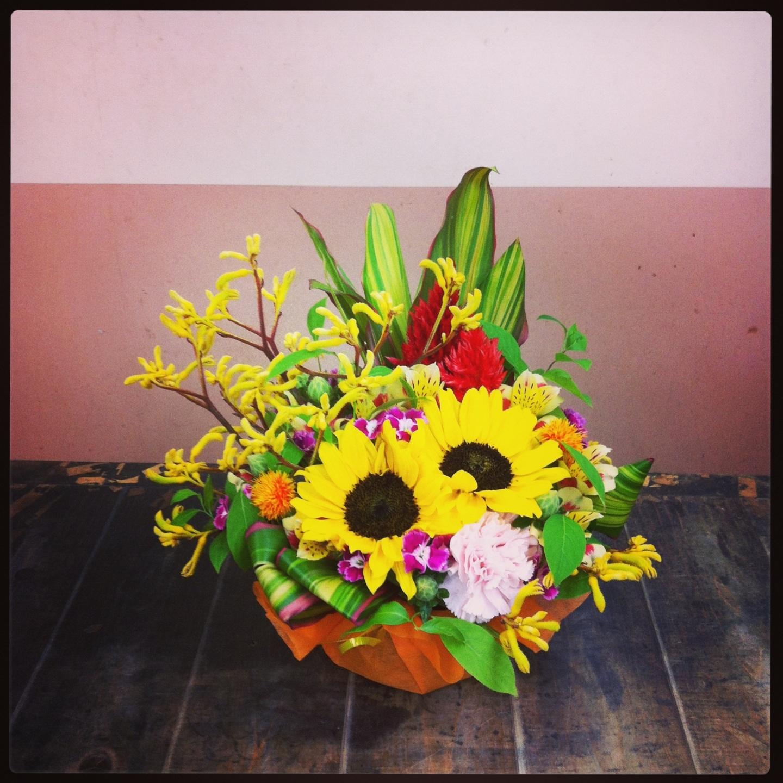 フラワーアレンジメント使用花材 ひまわり、大輪カーネーション、なでしこ、けいとう、紅花、アルストロメリア、カンガルーポー、ドラセナ