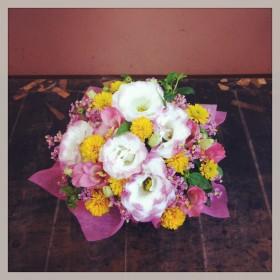フラワーアレンジメント 八重咲きトルコキキョウ、姫ひまわり、アルストロメリア、ハイブリッドスターチス