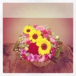 ひまわり、大輪バラ、八重咲きトルコキキョウ、スプレーバラ2種、なでしこ、かすみ草、ユーカリ、ドラセナ