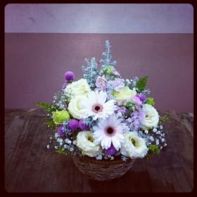 フラワーアレンジメント ガーベラ、八重咲きトルコキキョウ、コチア、ストック、千日紅、かすみ草、ヒバ