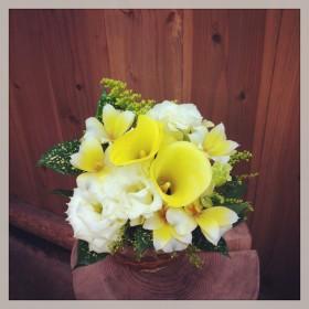 カラー、八重咲きトルコキキョウ、アルストロメリア、ソリダコ、ドラセナ ゴッドセフィアナ