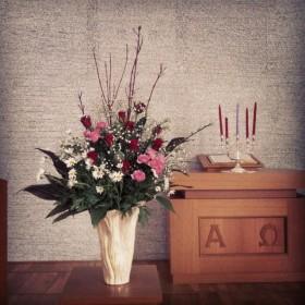 教会へ生け込み 大輪バラ、スプレーバラ、マーガレット、かすみ草、サンゴミズキ、青もじ、ドラセナ