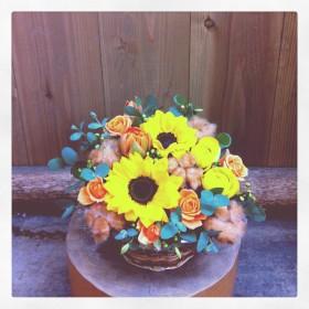 フラワーアレンジメント ひまわり、八重咲きチューリップ、ラナンキュラス、スプレーバラ、コットンツリー、青もじ、ユーカリ