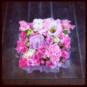 フラワーアレンジメント ボックスアレンジ 八重咲きトルコキキョウ、スプレーバラ、大輪カーネーション、星咲きカーネーション、スイトピー