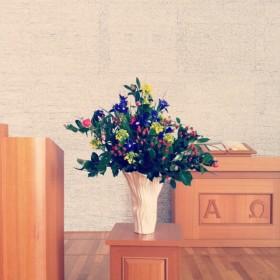 教会への生け込み アイリス、菜の花、ヒペリカム、椿