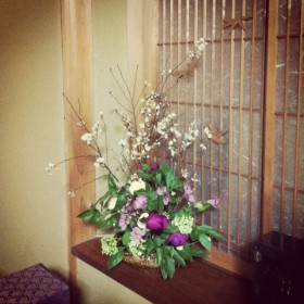 フラワーアレンジメント 芍薬、ビバーナム、フリージア、寒桜