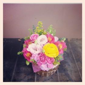 フラワーアレンジメント ラナンキュラス、スプレーバラ、八重咲きトルコキキョウ、アルストロメリア、スイトピー、ソリダコ、ユーカリ