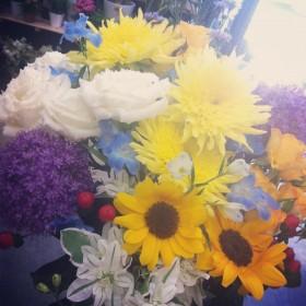 花束 ヒマワリ、モネのひまわり、ギガンジウム、八重咲きトルコキキョウ、デルフィニウム、スプレーバラ、ユーフォルビア、ヒペリカム
