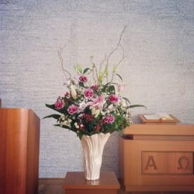 教会への生け込み オリエンタルゆり、大輪カーネーション、八重咲きトルコキキョウ、ヒペリカム、マトリカリア、ドラゴン柳、ドラセナ
