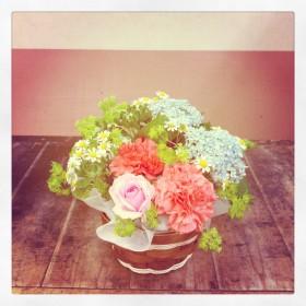 フラワーアレンジメント 大輪カーネーション、バラ、紫陽花、マトリカリア、紅花、ブプレリウム