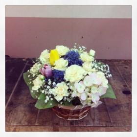 フラワーアレンジメント 紫陽花、アリウム、スプレーカーネーション、チューリップ、かすみ草