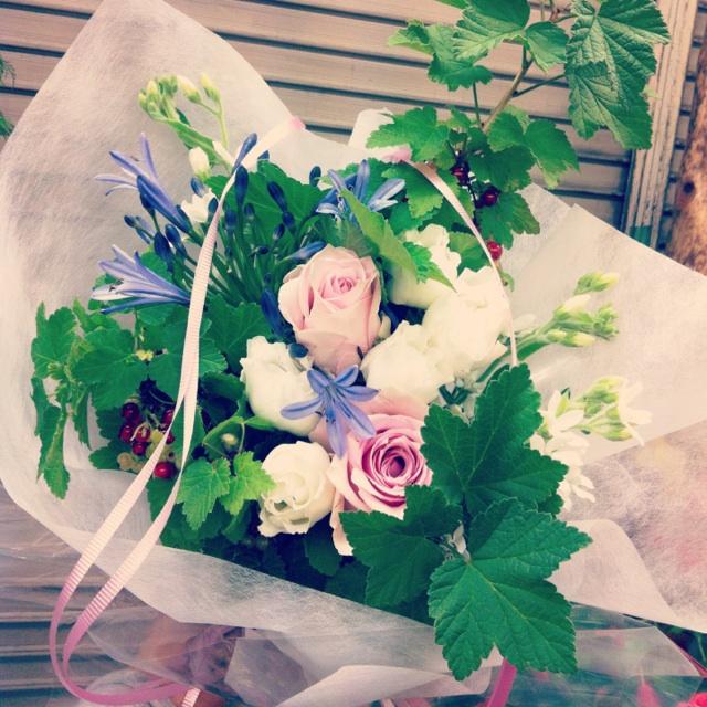 ミニブーケ 大輪バラ、八重咲きトルコキキョウ、アガパンサス、ブルースター、房スグリ