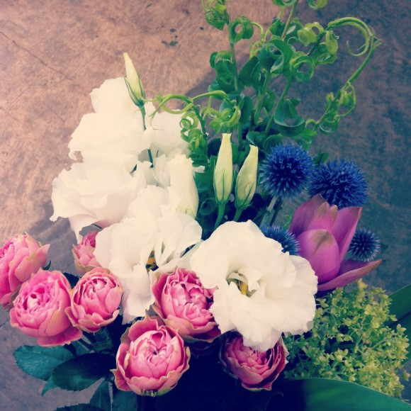 フラワーアレンジメント 八重咲きトルコキキョウ、スプレーバラ、ペッチーズブルー、クルクマ、カールグラス