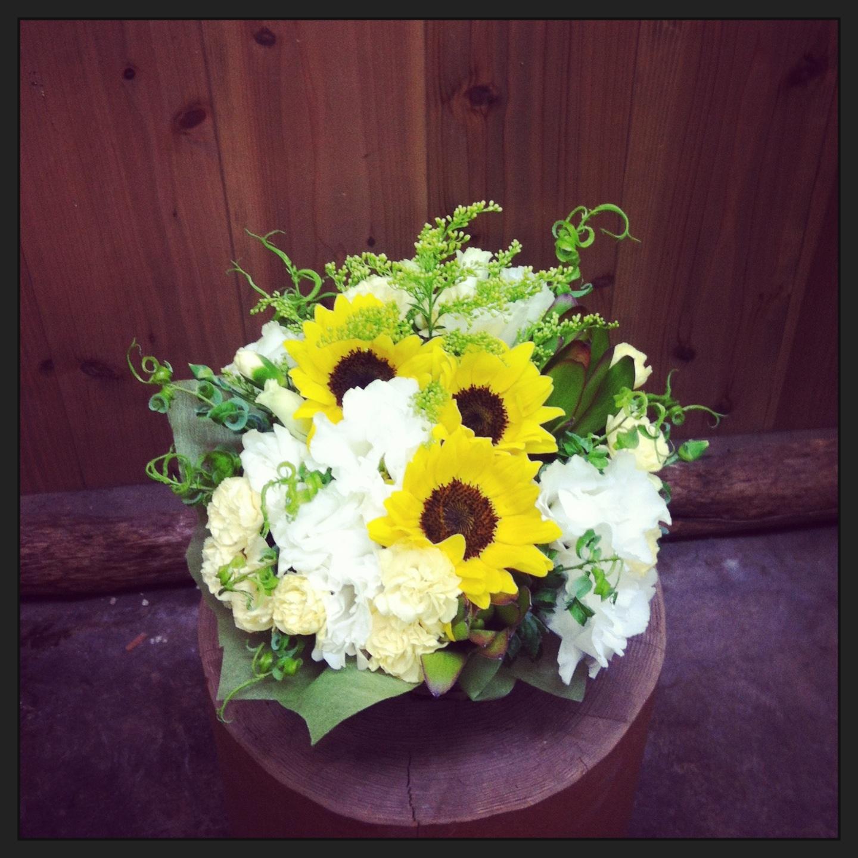 ヒマワリ、八重咲きトルコキキョウ、スプレーカーネーション、リューカデンドロ、ソリダコ、カールグラス