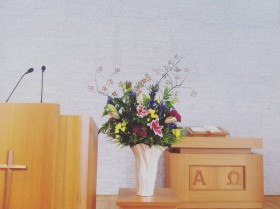 教会への生け込み オリエンタルゆり、スプレーバラ、スプレーマム、りんどう、野ばらの実、ソリダコ、キイチゴ