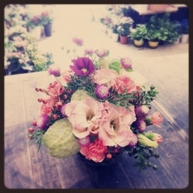 フラワーアレンジメント 八重咲きトルコキキョウ、スプレーカーネーション、フウセントウワタ、千日紅、秋桜、野バラの実