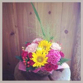 フラワーアレンジメント ヒマワリ、八重咲きトルコキキョウ、ケイトウ、スプレーバラ、ヒペリカム、オオニソガラム、レザーファン