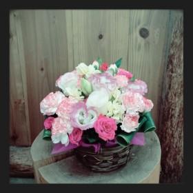 フラワーアレンジメント 八重咲きトルコキキョウ、スプレーバラ、スプレーカーネーション、ストック、ドラセナ、レザーファン