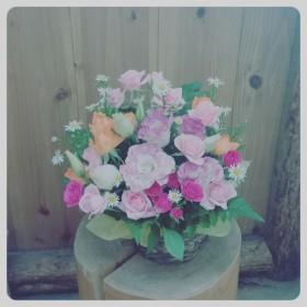 フラワーアレンジメント 八重咲きトルコキキョウ、スプレーバラ3種、くじゃく草、レザーファン
