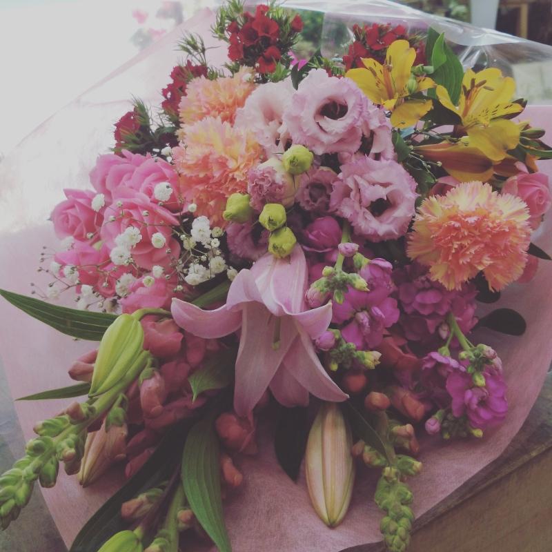 花束 オリエンタルユリ、八重咲きトルコキキョウ、大輪カーネーション、スプレーストック、スプレーバラ、アルストロメリア、金魚草、ヒゲナデシコ、かすみ草